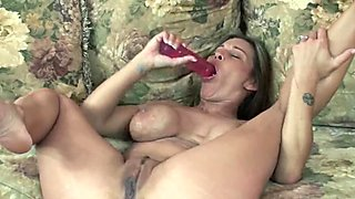 Mature hottie Leeanna Heart stuffs her twat with a toy