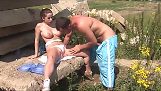Fucking his big tits girlfriend outdoors under the sun
